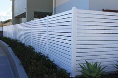 This fence post is absolutely an outstanding design philosophy. House Fence Design, Wood Fence Design, Modern Fence Design, Privacy Fence Designs, Privacy Fences, White Vinyl Fence, White Fence, Glass Pool Fencing, Pool Fence