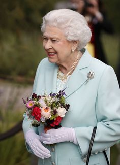 Queen Elizabeth II Photos - Queen Elizabeth II arrives at Chelsea Flower Show press day at Royal Hospital Chelsea on May 23, 2016 in London, England. The show, which has run annually since 1913 in the grounds of the Royal Hospital Chelsea, is open to the public from 24-28 May. - Chelsea Flower Show - Press Day 2016