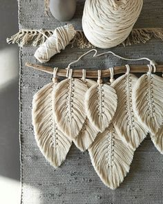 Macrame Wall Hanging Patterns, Macrame Patterns, Handmade Decorations, Handmade Crafts, Feather Wall Decor, Diy Crafts For Home Decor, Diy Headboards, Sewing Art, Feather Design