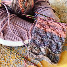 Free Knitting, Knitting Socks, Knitting Patterns, Start Knitting, Gratis Download, Crochet Diy, Woven Wrap, Estilo Boho, Fashion Moda