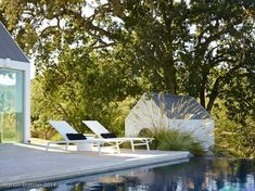 The Birdhouse Modern Home in Napa, California by Hugh Newell Jacobsen on Dwell Landscape Design Plans, Modern Garden Design, Front Yard Flowers, Barn House Design, Pool Porch, Napa Style, Thing 1, Concrete Patio, Front Yard Landscaping