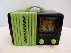 VINTAGE 1940s DELCO OLD BLACK BAKELITE GREEN TRIM ART DECO MID CENTURY RADIO !!