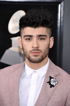 And not only did Zayn look hot AF in his pink suit, he also had a white rose embroidered on it to show support for the and Time's Up movement. Frame a picture of Zayn in pink and put it in the Louvre tbh. Zayn Malik Blonde, Cabelo Zayn Malik, Zayn Malik Fotos, Estilo Zayn Malik, Zayn Malik Style, Zayn Malik Hairstyle, Zayn Malik Wallpaper, Medium Hair Styles, Short Hair Styles