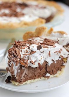 Rich and decadent chocolate french silk pie recipe. This pie filling requires no baking and is a rich silky chocolate filling with whipped cream topping and chocolate shavings. I fully admit that I have avoidance… 13 Desserts, Delicious Desserts, Yummy Food, Dessert Healthy, Strawberry Desserts, Holiday Desserts, Chocolate French Silk Pie Recipe, Bakers Square French Silk Pie Recipe, French Silk Pie Recipe Pioneer Woman