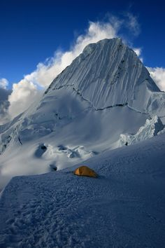 Perú - Ancash, vista del Nevado Alpámayo en la cordillera blanca -Jhabich