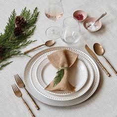 Dressez une table rustique. De la vaisselle crème, du sapinage et des touches de jute donnent un style invitant et décontracté à un classique décor rouge et doré. Assiettes, à partir de 3,97 $ chacune; nappe, de 17,88 $ à 24,88 $ (offerte en trois tailles); verres sans pied, 17,97 $/les 8; cuillères à dessert, 5,97 $/les 8. Magasinez maintenant sur http://www.walmart.ca/fr/hometrends/N-1019673 | #walmart #hometrends #artdelatable #salleamanger