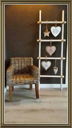 Leuk gemaakt een houten deco ladder van bezemstelen van de for Decoratie ladder action