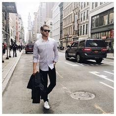 Когда у Ив Сен Лорана спросили: «Вы уверены, что это модно?», он ответил: «Это стильно. Мода проходит, как скорый поезд.»  Просто, и очень стильно смотрится Адам в черных слегка зауженных джинсах Joe's, белых кожаных кедах и двуцветной рубашке. Подобрать себе такие же джинсы вы сможете в JiST или jist.ua.