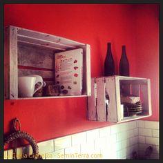 Le cassette della frutta diventano mensole per la cucina