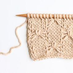 Skip to english => Le point d'alvéoles simplifié ou point nid d'abeill… Knitting Stitches, Baby Knitting, Knitting Patterns, Crochet Patterns, Manta Crochet, Crochet Motif, Butterfly Stitches, Stitch Patterns, Textiles
