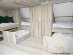 slaapzolder met plaats voor 8 kids of volwassenen in oergezellige beddenbakken uit steigerhout. Pret verzekerd!