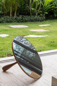 Espelho em um canto perto da varanda, proposta de Marina Linhares. #áreaexterna #espelho #objeto