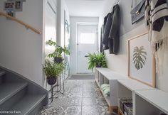 inrichting smalle hal - Marokkaanse tegels / botanische deurposter / grijze lambrisering | InteriorTwin Hallway Flooring, Kitchen Decor, Condo, Home And Garden, Inspiration, Furniture, Home Decor, Bullet Journal, Interiors