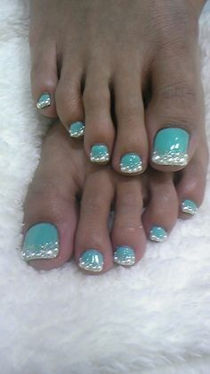 @jen Cimino why are this girls toe nails so long? And then put glitter on the end of those talons?? Gross!!!