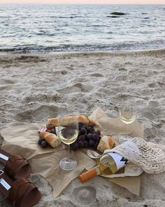 Wondering What You Dont Know About Wine Read This Article 3 – Wine Summer Aesthetic, Aesthetic Food, Aesthetic Coffee, Just Dream, Dream Life, Summer Feeling, Summer Vibes, Weekend Vibes, Vacaciones Gif