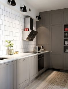 Tre Liljor, Grey cabinets with a marble worktop and white tiles.