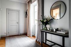 Kika in i denna våning på Engelbrektsgatan. Stora ytor och generöst ljusinsläpp bidrar till den luftiga atmosfären, och detaljerna är här många. Följ mig på Instagram @henriknero för mer...