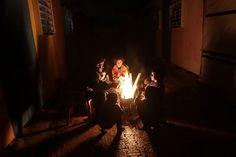 Una #famiglia di palestinesi si scalda davanti al fuoco per contrastare il freddo sceso sulla #StrisciadiGaza, dove molte case sono state distrutte durante la #guerra con #Israele nell'estate del 2014. (© Ansa)