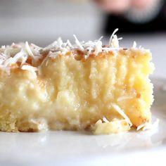 O bolo toalha felpuda é um clássico e uma delícia!. Ingredientes: 4 ovos, 1 1/2 xícara de açúcar, 100g de manteiga em ponto de pomada, 400ml de leite de coco, 1 xícara de leite integral, 1 1/2 xícara de farinha, 1 colher de sopa de fermento químico, 1 lata (395g) de leite condensado, 3/4 de xícara de coco ralado