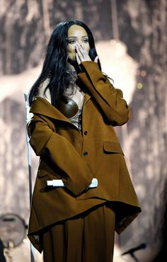 27 March ~ Concert in Brooklyn, New York Rihanna Mode, Rihanna Riri, Rihanna Style, Rihanna Outfits, Stage Outfits, Fashion Outfits, Rihanna Looks, Brooklyn, Brunettes
