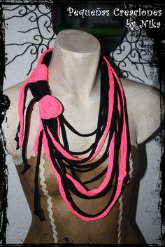 Collar de trapillo Negro y Rosa Fluo