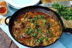 Куряча печінка томлена в ситному, кремовому соусі з цибулі, часнику, сметани та паприки. Цю страву можна також готувати з іншими видами печінки.
