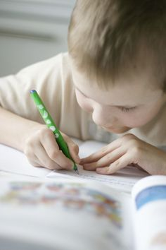 Fine motor delay? Fine motor skill benchmarks to watch for in your child - Pinned by @PediaStaff – Please visit http://ht.ly/63sNt for all (hundreds of) our pediatric therapy pins