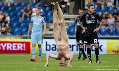 Danés practicó yoga desnudo en un campo de fútbol
