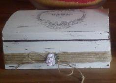 Scatola recuperata e decorata stile shabby chic