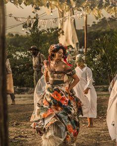Velho Chico novela, figurino, Leonor (Marina Nery) vestido cena roda para Santo