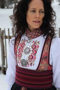 Мы нашли новые пины для вашей доски «Вишиванки». Folk Fashion, 1940s Fashion, Ethnic Fashion, Norwegian Clothing, Folk Clothing, Couture Sewing, Folk Costume, Classy Outfits, Traditional Dresses