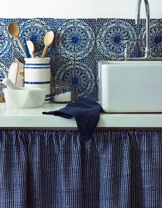 After navy kitchen ideas? This classic and smart shade of blue can create a crisp and sophisticated look in any navy kitchen Blue Tiles, White Tiles, Navy Kitchen, Kitchen Tiles, Kitchen Sink, Kitchen Corner, Kitchen Cupboards, Rustic Kitchen, Country Kitchen