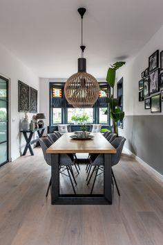 Modern interior with bay window - .- Modernes Interieur mit Erkerfenster – Modern interior with bay window – - Home Living Room, Living Room Furniture, Living Room Decor, Gold Furniture, Furniture Chairs, Art Of Living, Furniture Design, Room Interior, Modern Interior