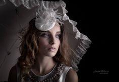 Tocado PENSIERO Tocado de puntilla, flores y plumas. MODELO: Vanesa Scott FOTOGRAFÍA: Juan Velasco MAQUILLAJE: Miriam Zapata PELUQUERÍA: Peluquería Expressiones #wedding #bridal #fascinator #white #feather #ostrich #white #party