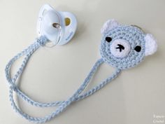 Crochet How To Como hacer un sujeta chupete de ganchillo Crochet Baby Bibs, Crochet Baby Clothes, Crochet Toys, Knit Crochet, Baby Knitting Patterns, Baby Patterns, Crochet Patterns, Learn To Crochet, Easy Crochet