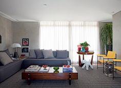 Nas paredes, Marmorato cor D164, da Suvinil, dá o tom e é aceso pelas cadeiras de Geraldo de Barros, revestidas de sarja. A mesa Eleh, design de Sergio Rodrigues, é uma raridade original dos anos 1960. (Foto: Marco Antonio)