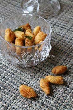 Azie Kitchen: Jom Buat Kuih Siput Bahan bahan: 500 gm tepung gandum 1 cawan minyak masak 3/4 cawan air Sedikit garam Minyak untuk menggoreng  Cara cara: