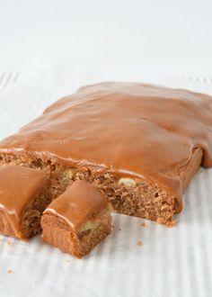 Je kent misschien wel de fudge cakes die je in vele supermarkten ziet liggen. Een cake met een dikke laag fudge erop. Die zijn heerlijk, maar stiekem vind ik die laag meer naar glazuur smaken dan naar