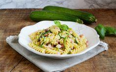 Una ricetta facile, alla portata di tutti, con tre ingredienti nel condimento: zucchine, pancetta e mozzarella. Gustosa e veloce per la gioia di tutti!