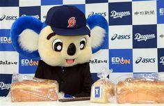 中日・ドアラも厳冬更改…食パン750グラムでサイン(8)       契約後、会見の席に着き机の上の食パンを見つめる中日・ドアラ #doala #ドアラ