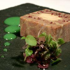 Pressé de confit de canard et foie gras des Landes, vinaigrette  d'herbes par Philippe Etchebest |  4 cuisses de canard confites des Landes 1 lobe de foie gras de canard des Landes de 400g 1 dl de vinaigre de Xeres 3 dl d'huile de noisette de Cancon 1/4 botte d'estragon 1/4 botte de cerfeuil 1/4 botte de persil 1/4 botte de ciboulette Sel /poivre et piment d'Espelette