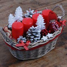 červeno-bílé ozdoby na stromeček - Hledat Googlem Christmas Flower Decorations, Christmas Advent Wreath, Christmas Gift Baskets, Homemade Christmas Gifts, Christmas Mood, Christmas Candles, Christmas Centerpieces, Christmas Crafts, Creations
