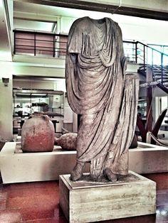 Statua marmorea maschile, rappresentante un magistrato locale.  Ingresso museo. I secolo d.C.