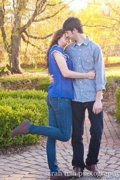 A must have engagement photo: Kiss engagement photo with in love leg