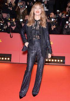 Berlinale 2016: Heike Makatsch hatte den coolsten Look des Abends: Zu ihrem Glam-Anzug von Lala Berlin trägt sie Clutch und Schuhe von Jimmy Choo.