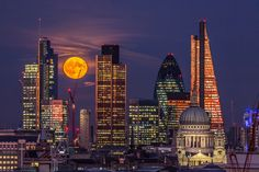 Pretty photo of the super moon in London London Skyline, New York Skyline, England Uk, London England, London Landmarks, Pretty Photos, London Calling, City Photography, London Travel