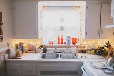 string lights in the kitchen, Emily's Small & Cozy Space — House Call Little Kitchen, New Kitchen, Space Kitchen, Cute Apartment, Apartment Goals, Interior Decorating, Interior Design, Decorating Ideas, Low Cabinet