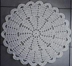 lovely crochet doily rug by Crochet Doily Rug, Crochet Placemats, Gilet Crochet, Crochet Carpet, Crochet Dollies, Crochet Circles, Crochet Flower Patterns, Crochet Squares, Crochet Home