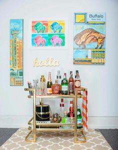 Diferentes garrafas, copos e objetos enriquecem a decoração.