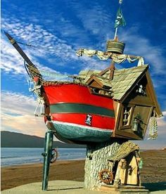 23 Magical Tree Houses We Want To Play In Who doesn't want a treehouse that doubles as a pirate ship? Crazy Houses, Cool Tree Houses, Little Houses, Weird Houses, Magical Tree, Unusual Buildings, Unusual Homes, In The Tree, Amazing Architecture
